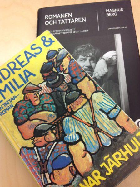 Boken Andreas och Emilia ligger snett ovanpå boken Romanen och tattaren