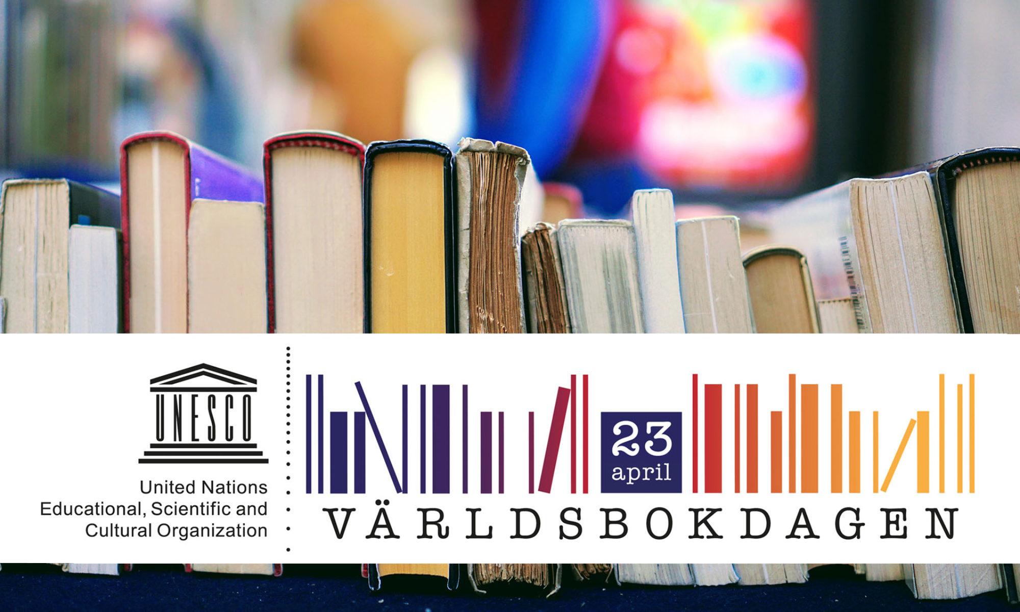 Logotyp för världsbokdagen på en bild med en bokstapel ställd på högkant, med suddig bakgrund