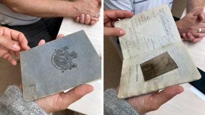 Två bilder på John Bauers pass från 1918. På det ena ser man en blekblå framsida med ett sigill, på andra bilden ett uppslag där ett foto på John Bauer syns.