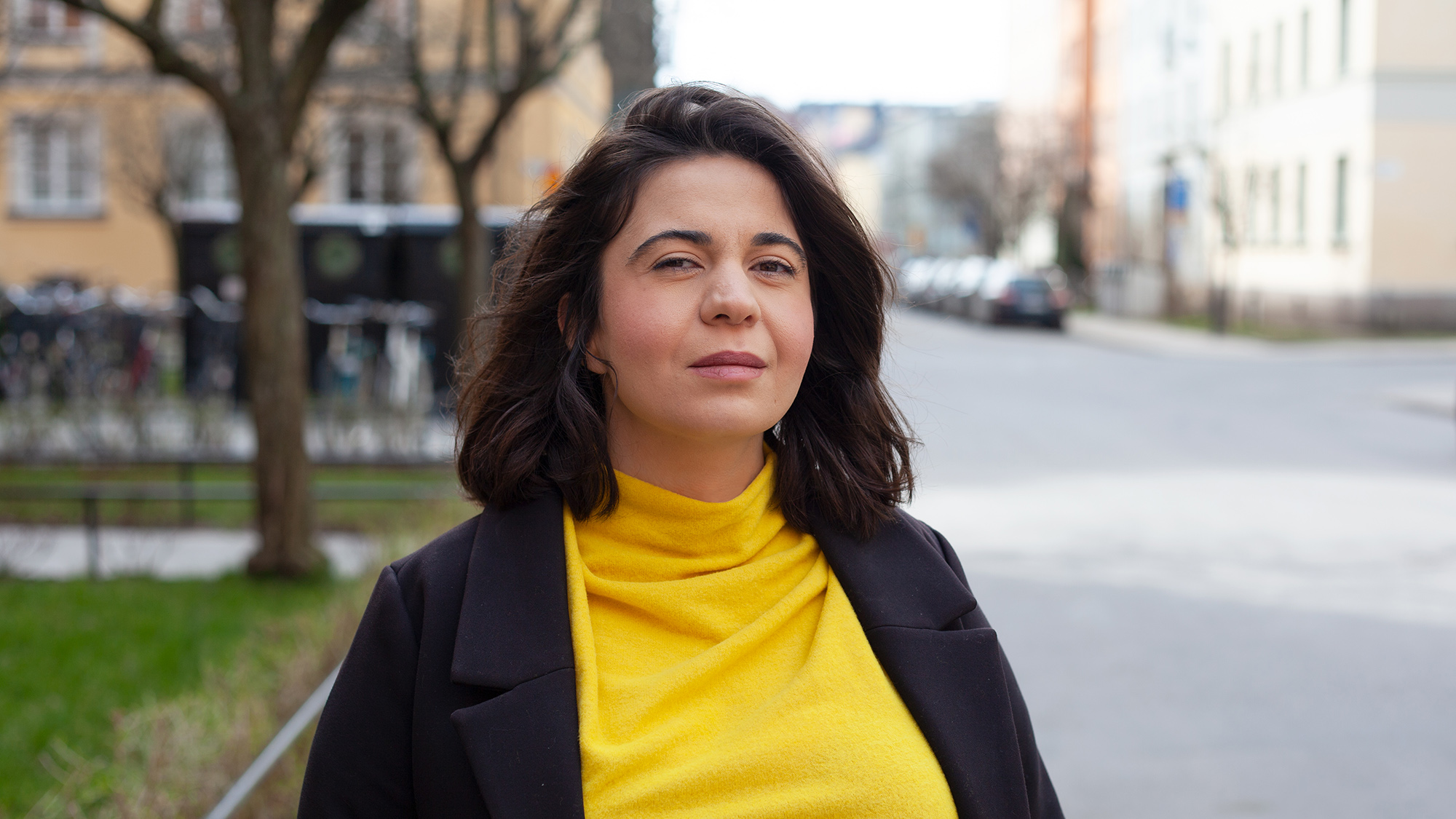 Porträtt av Sarah Delshad i stadsmiljö